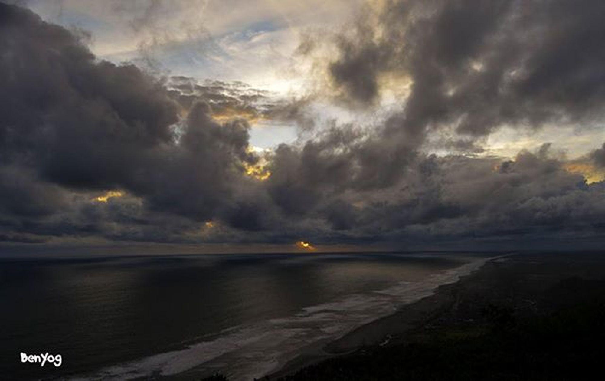 Sunset ketutup mendung, bukit paralayang bantul melu yok @marlinbrekele @rizaramadhana @inekeniike Geblekchallenge02 Geblekkp
