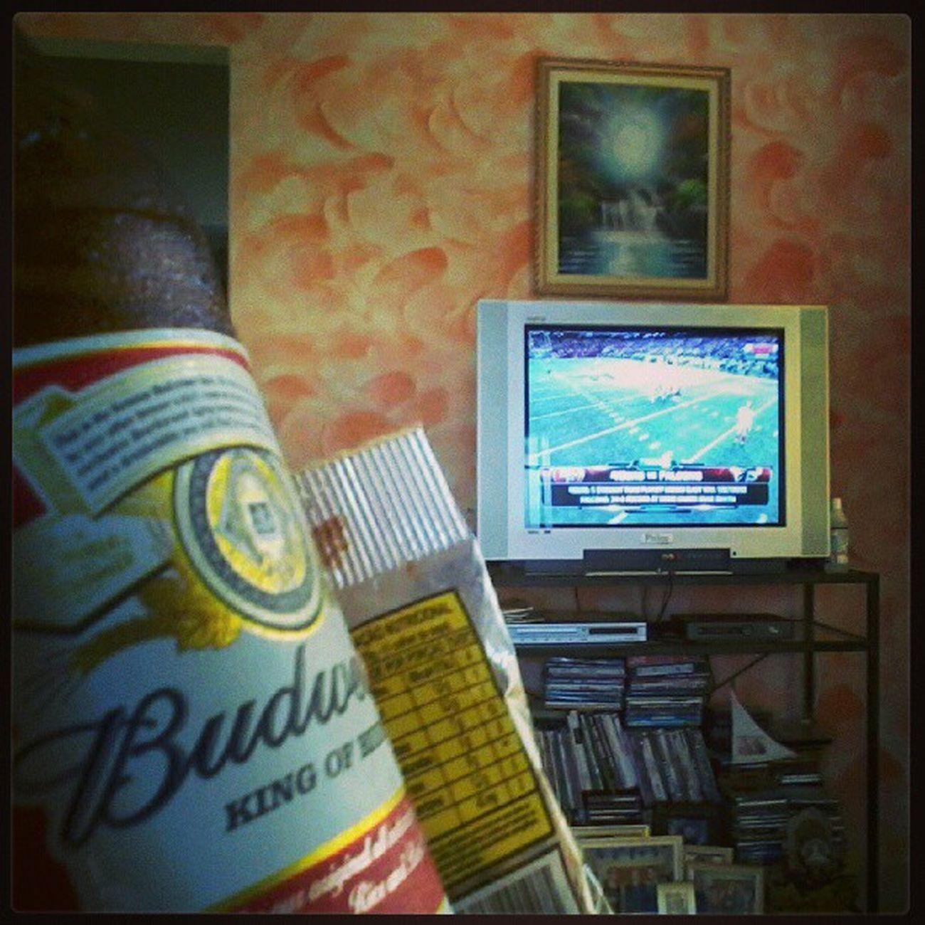 Eu, minha rainha Budweiser, amendoim e decisão da NFC para a final da NFL. Preciso de mais nada pra ser feliz, rs InstaGordo NFL Budweiser 49ersAtFalcons