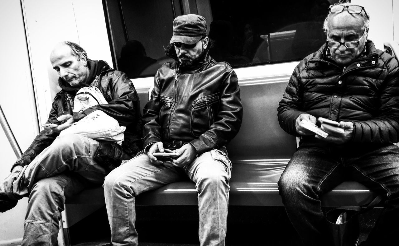 #people #phone #streetphotography Metropolitan