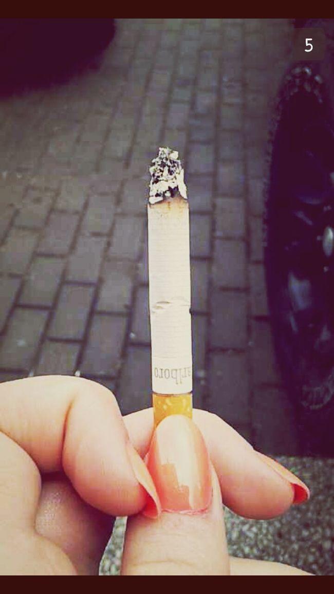 Malrboro Cigarettes Smoking