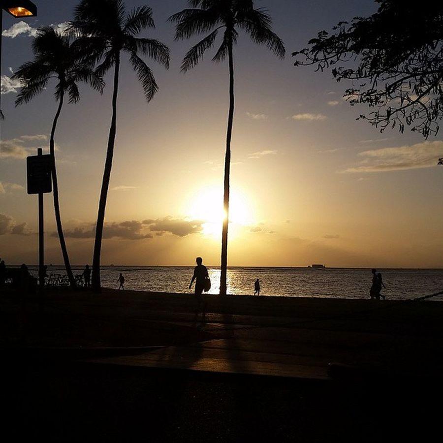 Ended the night with this Honolulu beach sunset Nofilter Oahu Beachaddict Honolulu, Hawaii Sunset Sunset Silhouettes Streetlamp