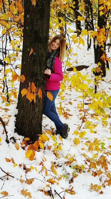 Hiking in the beautiful Gatineau Park. Gatineau Park Hiking Trail Picture Time Me No Makeup Smiles Nature Fall Beauty Beautiful Fall Colors Snow Autumn