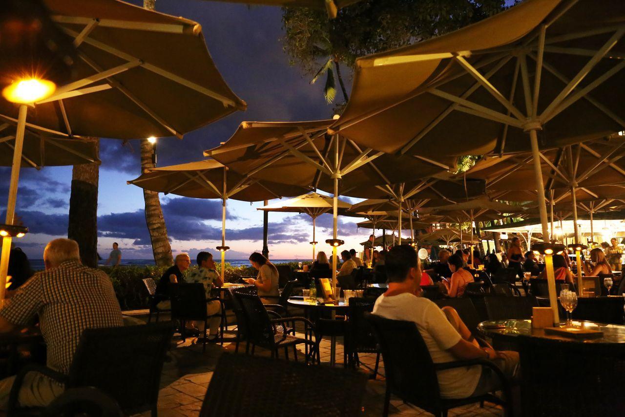 2015  Chair Hawaii Honolulu  Moana Surfrider Night Nightlife O'ahu Outdoors People Restaurant Sky Table The Beach Bar Vacations ザビーチバー ハワイ ホノルル モアナサーフライダー レストラン