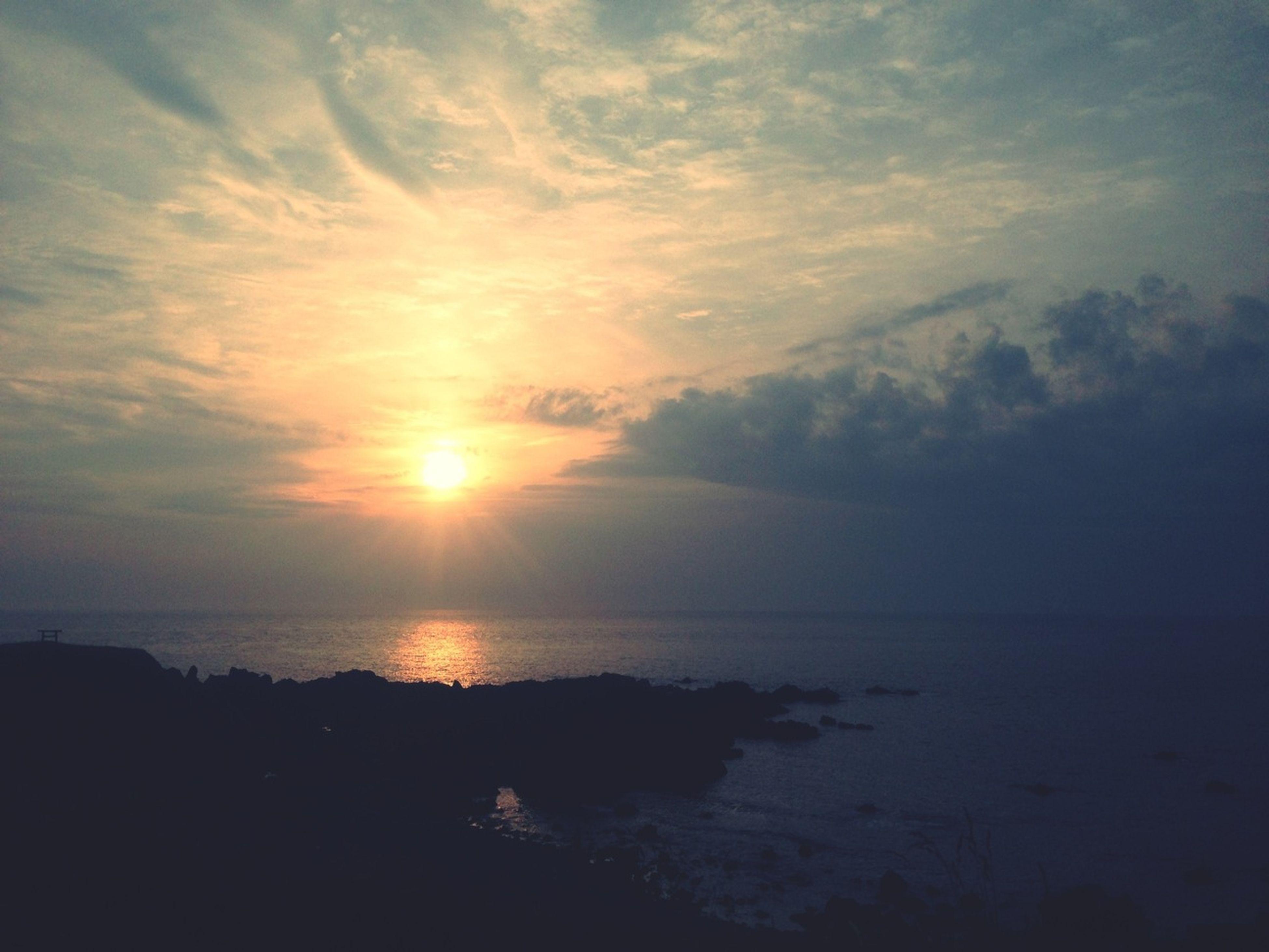 sea, sunset, horizon over water, water, sky, scenics, tranquil scene, beauty in nature, tranquility, sun, cloud - sky, nature, idyllic, silhouette, beach, cloud, shore, sunlight, reflection, orange color