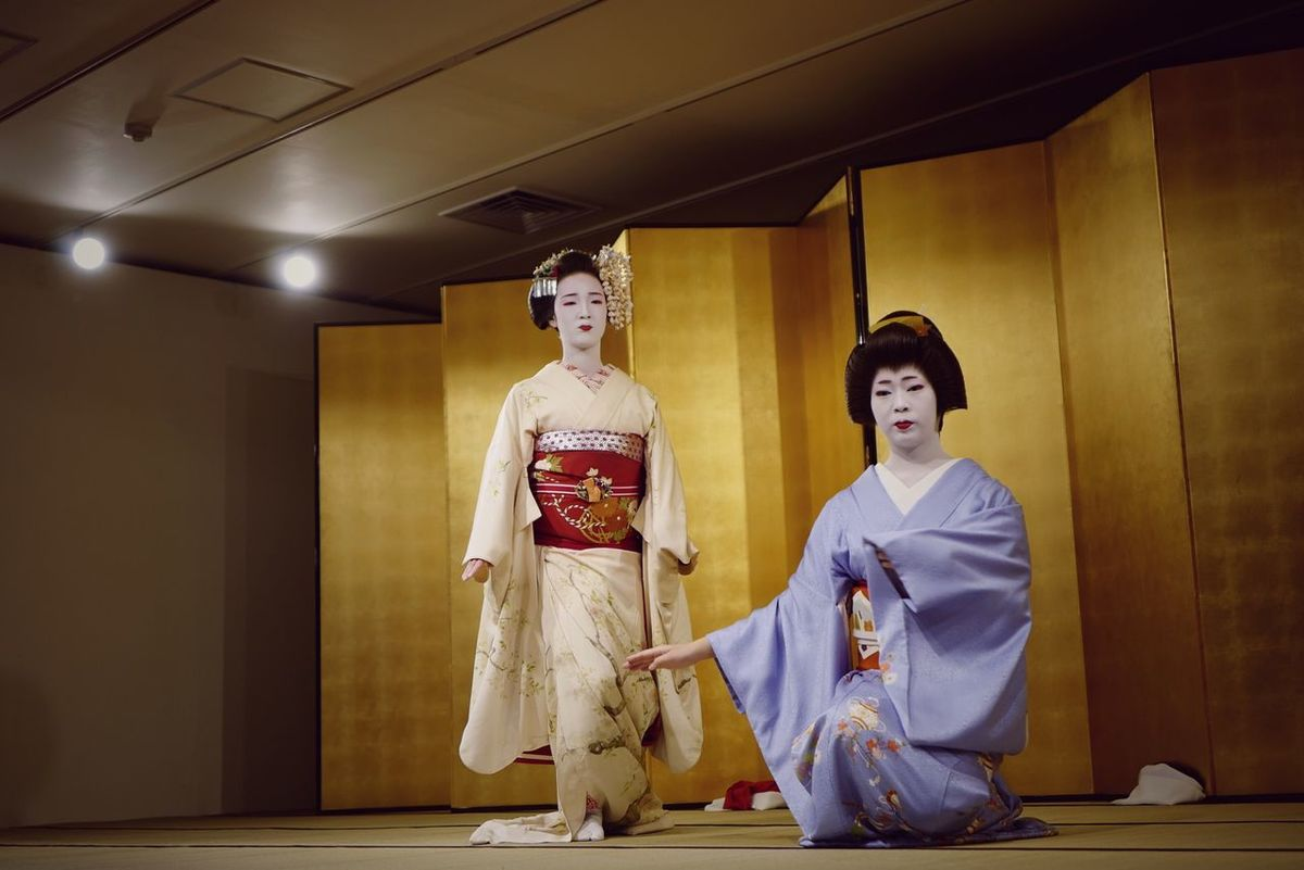 Testing Camera LEICA Q Typ116 : Two People Japanese Culture Traditional Clothing Geiko Women Japanese Style Dance 50mm F2.8 京都 祇園甲部歌舞練場 「祇園・花の宴」の Tilt Up Low Position handheld テストショット