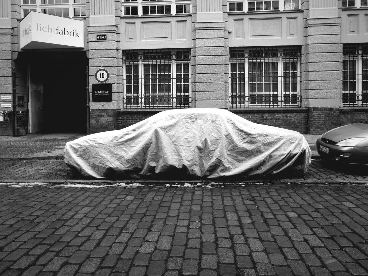 From the series: I Got You Covered . Architecture Building Exterior Built Structure Outdoors City Day No People Car Secrets Artistic Front View Wintertime Covered Covering Cover Vintage Cars Black And White Protection Protecting. Lieblingsteil Uniqueness