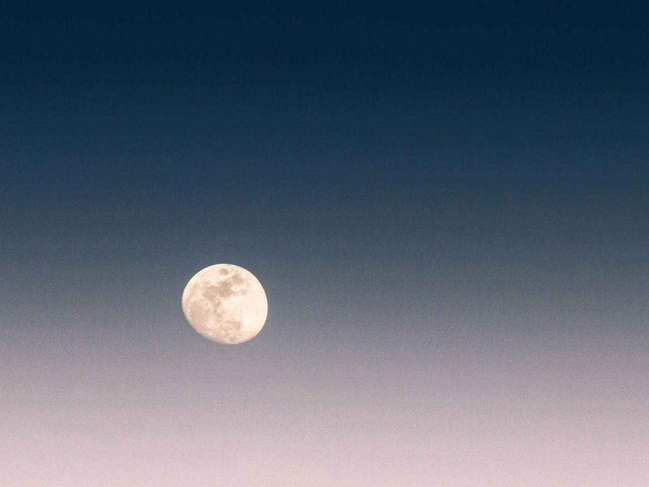 La luna comienza su viaje nocturno Luna Moon Sky Space Astronomy Planetary Moon Astronomia Espacio
