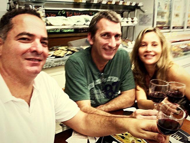 Vinhos, amigos e bom papo.