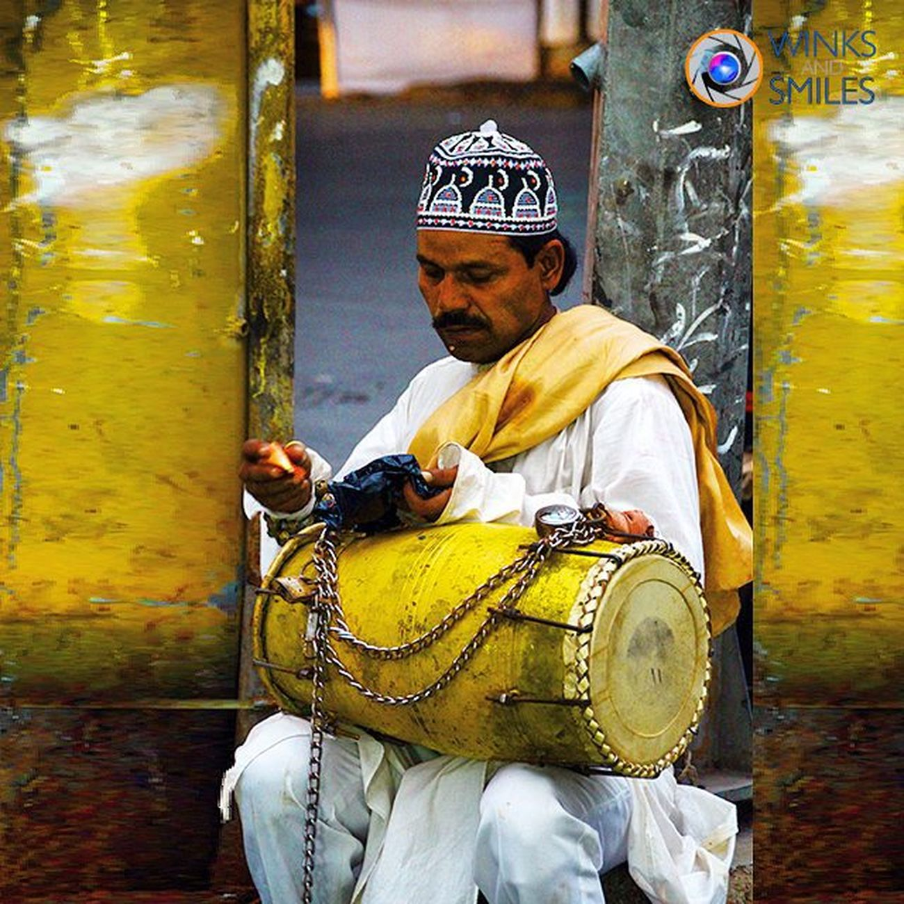 SAW THIS 'DHOLAK MAN' BREAKING HIS ROZA (FASTING DURING THE HOLY MONTH OF RAMZAN) NEAR MINARA MASJID, MUMBAI 👨🎼🎵🎶🌙 Ramzan Ramadan  Id Mohammadaliroad Minaramasjid Everydaymumbai India Convexrevolution Worldbestgram Salisonline MumbaiDiaries Indiaoninstagram Indianphotographer Desidiaries Streetphotographer Photographers_of_india Instapicture Instapics Streetfood Natgeotravellerindia Vscoindia _soi Wassupindia Followforfollow Likeforlike ig_photoclub click_india_click thingstodoinmumbai explorethroughcamera mumbairay