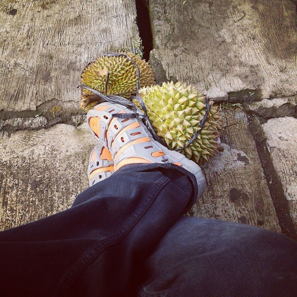 Nunggu duren :D Durian Tegalega Jalanpagi Bandungculinary bandungkotakembang