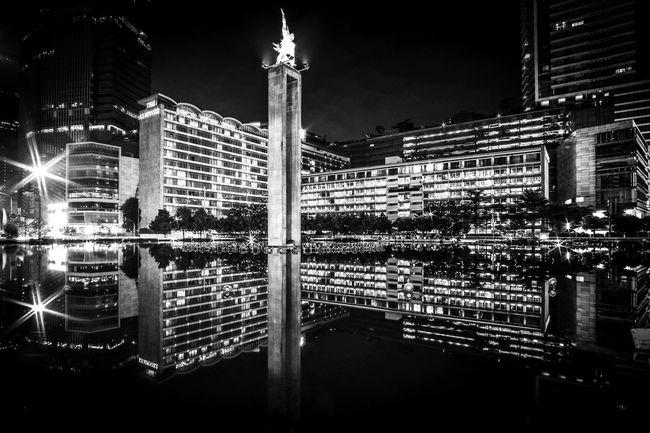 Hotel Indonesia Bundaran Hotel Indonesia Bundaran HI Bundaran HI Jakarta Black And White City At Night Architecture Jakarta Indonesia Hidden Gems