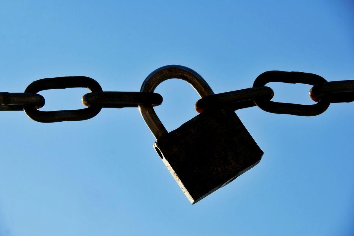 Schloss Vorhängeschloss Lock Kette Chain Absperrung Brenzone Italy Italien Brenzone Gardasee Strong Togehter