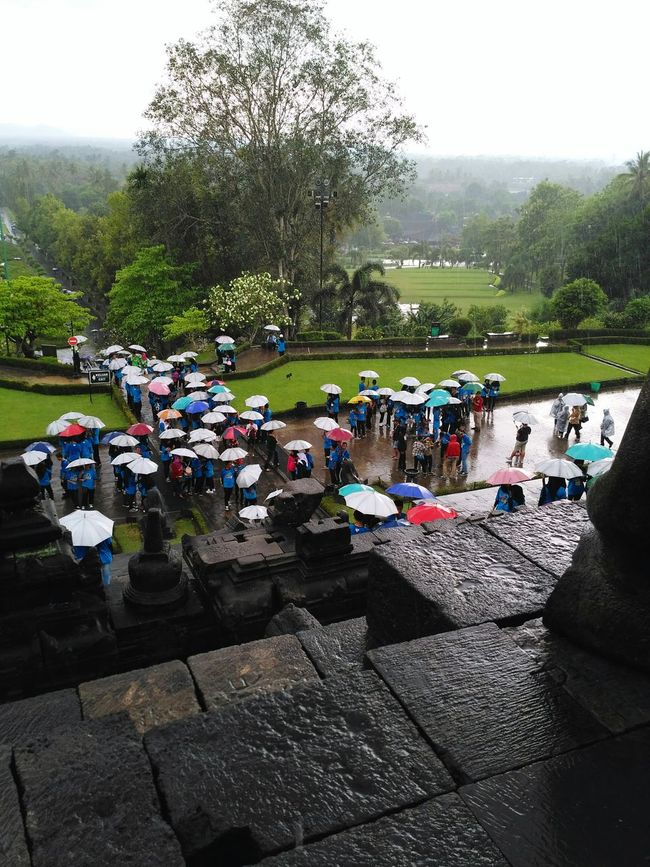 Borobudur Temple Borobudur Temple, Indonesia Jawatengah Explore DiscoverIndonesia Discover  Candi Outdoors Rainnyday💧☔☔ Rainy Days People Sky Large Group Of People Skies Photography Photooftheday