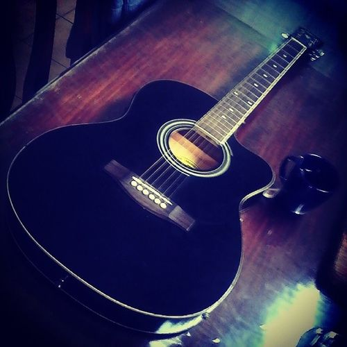 With just a guitar while sipping a hot tea is simply enough to make your day great! FeelingMusician Vocalizing ? WaytoDestress