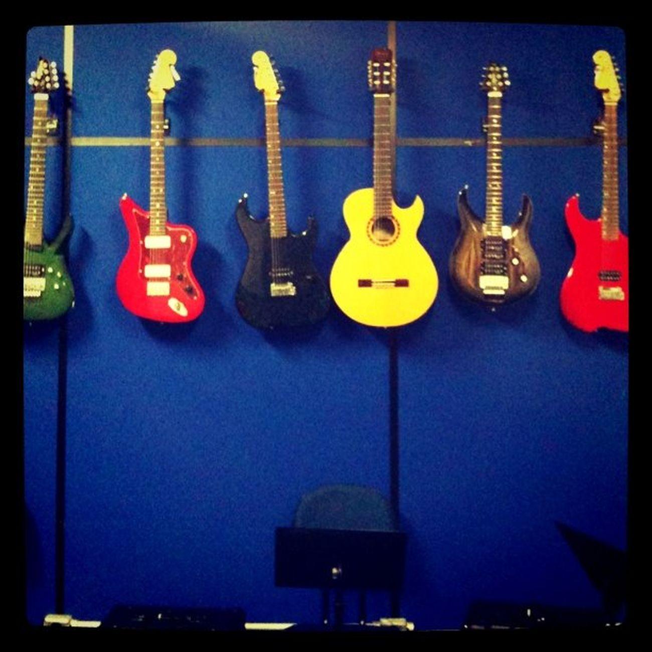 """Decidindo qual guitarra usar na aula de hoje... 0_0"""""""
