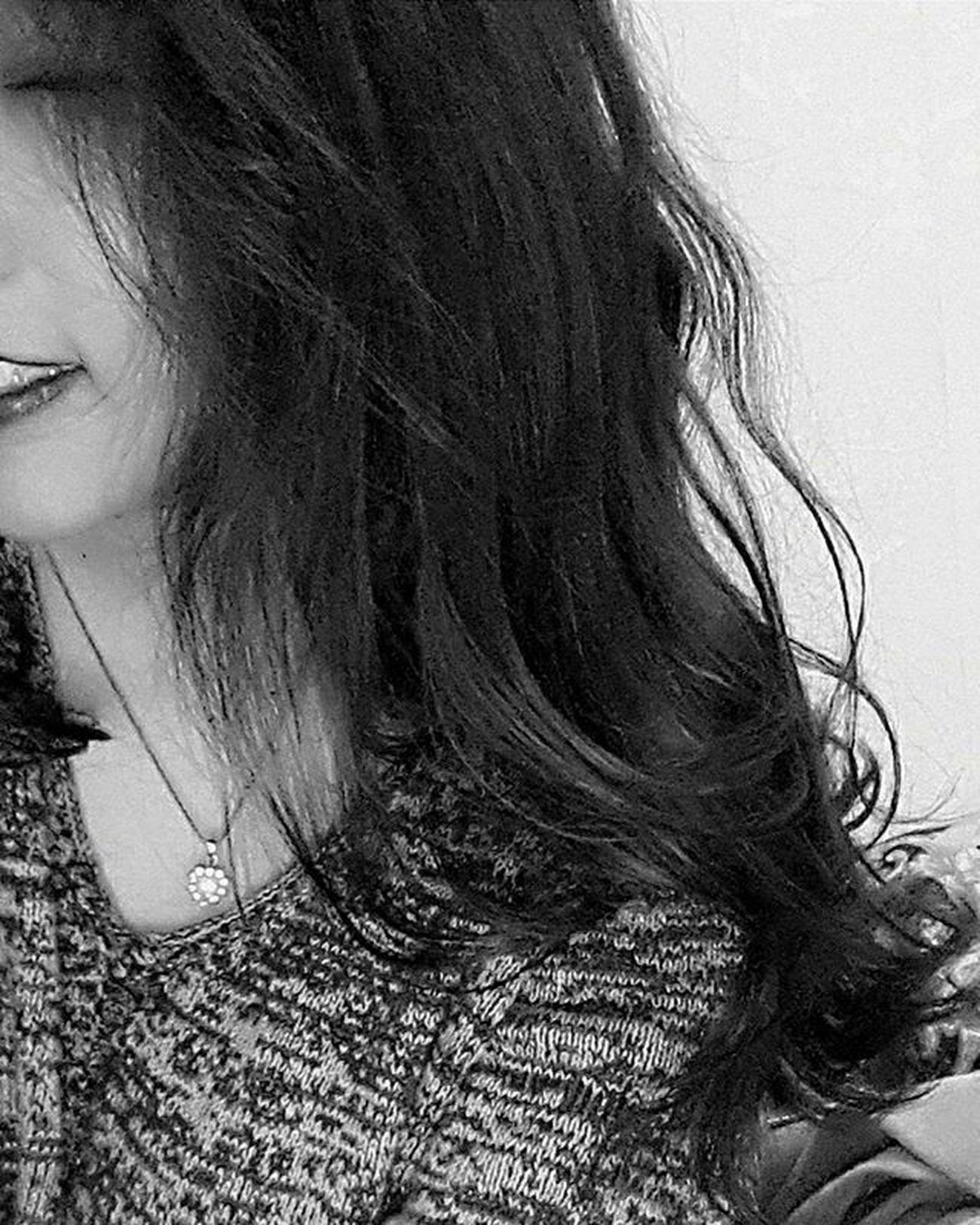 """Viết cho những giờ phút cuối cùng của năm cũ... Ừm, tớ sống khá đơn giản, thẳng thắn mà nói thì có hơi đơn điệu và nhạt nhẽo, xoay quanh mọi thứ của cuộc sống trừ tình yêu haha. Đơn giản vì lâu lắm cũng không có người làm tớ crush rồi :) Và tớ thấy ổn khi một mình, dù có đôi khi cũng cảm thấy thật cô đơn :) Tớ học hành nhàng nhàng, được cái may mắn. Vậy nên đã đỗ đại học và học ngành mình thích. Lo sợ, hoài nghi, ngờ vực, đôi khi tớ vẫn tự hỏi lựa chọn của tớ có phù hợp với tớ không nhưng tớ vẫn đang từng bước cố gắng đi trên con đường tớ đã chọn. Việc bạn bè ấy à, chậc, là một đống lộn xộn. Dẫu sao cũng cảm ơn các cậu đã là một phần kỉ niệm cấp 3 của tớ, hì. Việc bản thân thì ngắn gọn thôi, vết sẹo """"xinh đẹp"""" và cú vấp ngã đau người, chậc :) Gia đình là điều khiến tớ khóc nhiều nhất trong năm qua bởi vì cảm thấy bản thân làm khổ bố mẹ quá nhiều. Cứ khi nào nhớ đến trong lúc đau đớn vì mất một phần cơ thể, da thịt nứt toác, có giọng nói lo lắng, vỗ về của mẹ, khi mê mang bất động có bàn tay chai sần ấm nóng của bố nắm lấy tay tớ, nước mắt tớ lại rơi. Đôi khi ước rằng mình bé lại, có thể rúc vào trong vòng tay mang hơi ấm tình yêu của cha mẹ :) Còn gần nửa tiếng nữa là giao thừa rồi. Năm 2015, năm mà giọt nước mắt tới nhiều một cách bất ngờ như vậy. 2015, vuột mất một số người nhưng vẫn có mấy đứa cạ, có gia đình luôn ở bên, có thêm mấy con sống ảo hay xàm xàm làm bạn và những trải nghiệm mới nữa. Cảm thấy ổn. 2016 sẽ cười thật nhiều, sẽ thật vui vẻ và hạnh phúc. Hết. Goodbye 2015  Hello 2016 Lunarnewyear Happynewyear Note Blacknwhite Selfie Smile Vsocam Vscovietnam Vsodaily Vscohanoi Instapics Instadaily"""