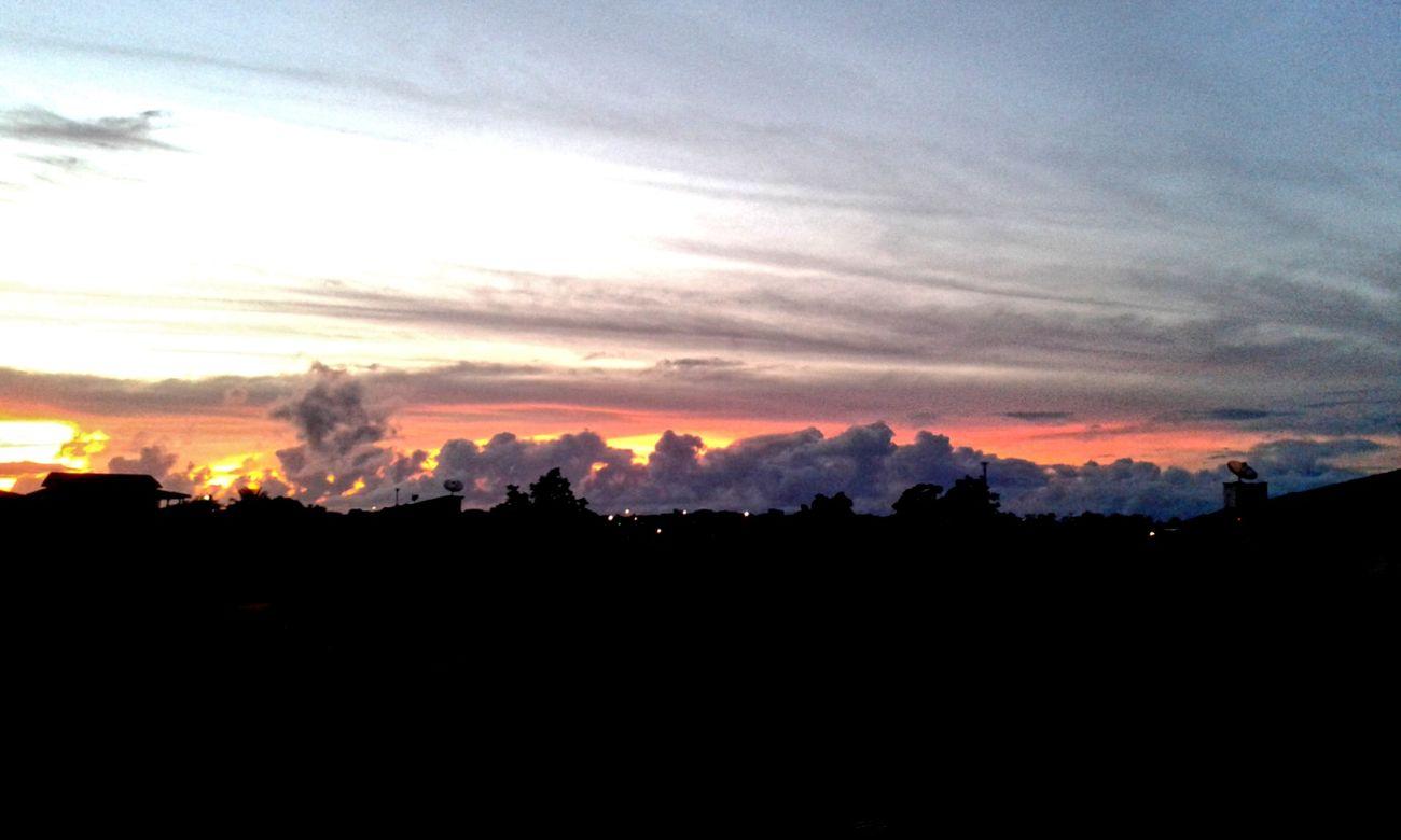 E quase todos os dias eu acordo com esse lindo céu majestoso e com os cantos do pássaros, tranquilidade maior não há. Quarto Janela Céu Amanhecer