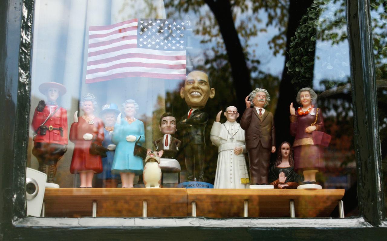 Amsterdam Bobblehead Day Figurine  Mrbean Obama Queenelizabeth Window