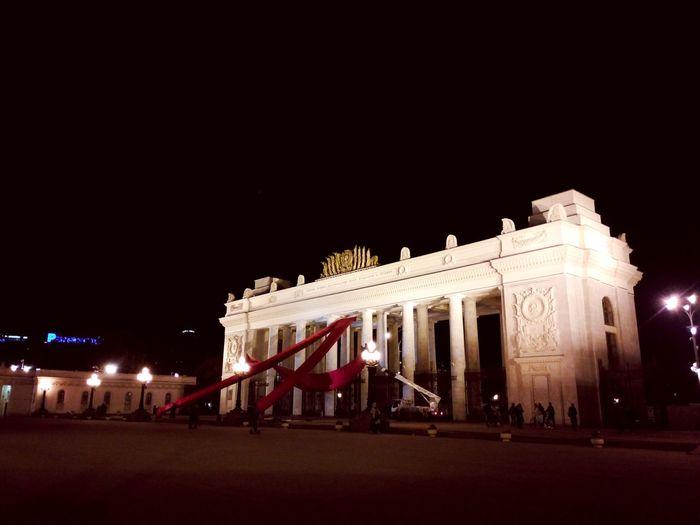 Некую растяжку из красных полотнищ инсталлируют на главные ворота ПГ a'la Communistich du Venicebiennale