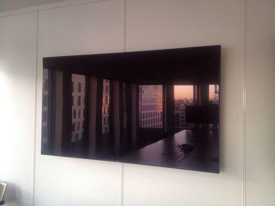 Pas besoin de filtre. Et encore moins d'allumer la télé. Window Indoors  Home Interior Sunrise Levé Du Soleil