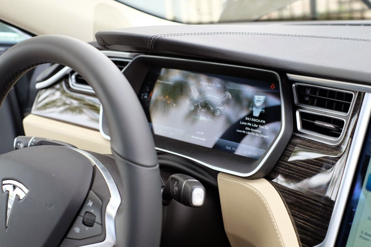 meinAutomoment Close-up Cropped Day Detail Electric Vehicle Journey Land Vehicle Machine Part Mode Of Transport No People Part Of Stationary Steering Wheel Technology Tesla Model S Sedan Tesla Motors Tesla P85D Test Drive Transportation Vehicle Interior Vehicle Part Vehicle Seat Windshield