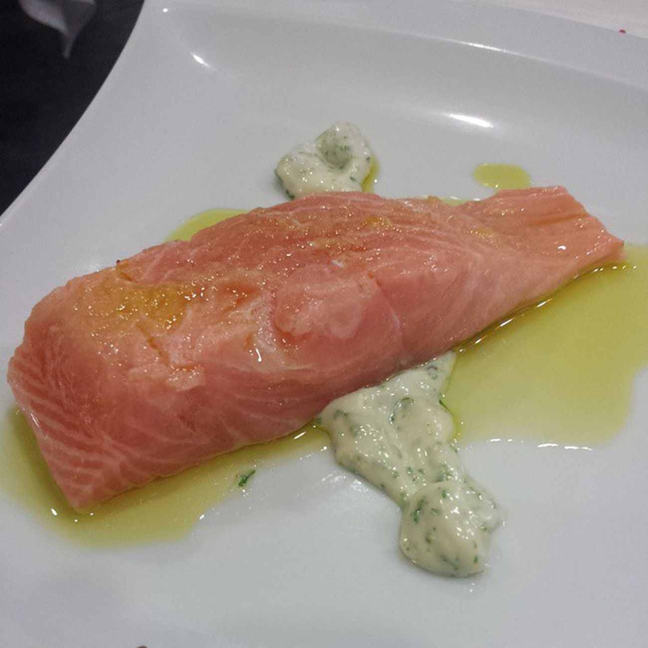 Salmón marinado en cítricos con emulsión de cilantro