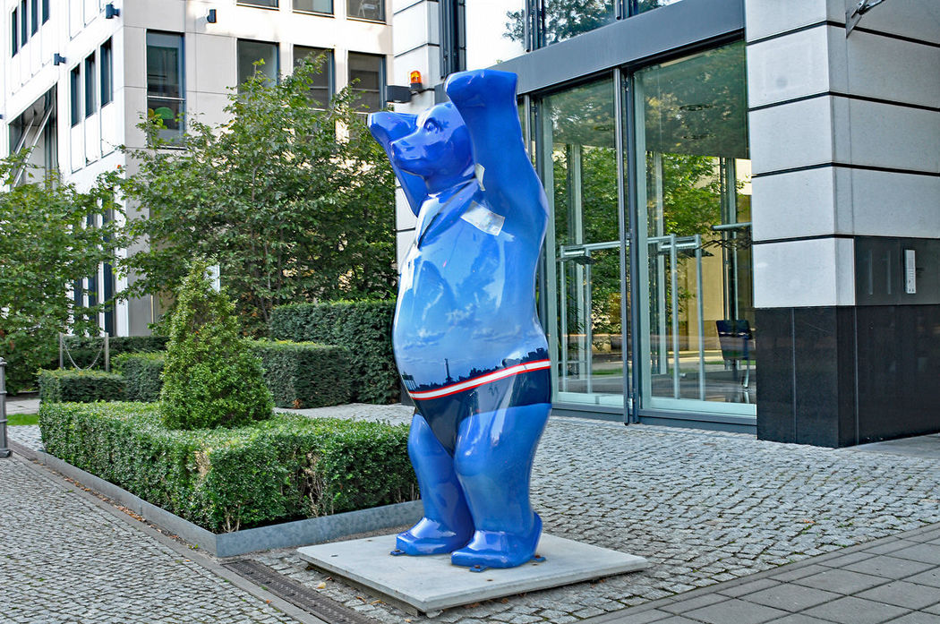 berliner bär Alone Bear Berlin Bear Casual Clothing Footwear Full Length Human Leg Leisure Activity Lifestyles Low Section Men Occupation Perspective Real People Shoe Sitting Standing Togetherness Walking Women