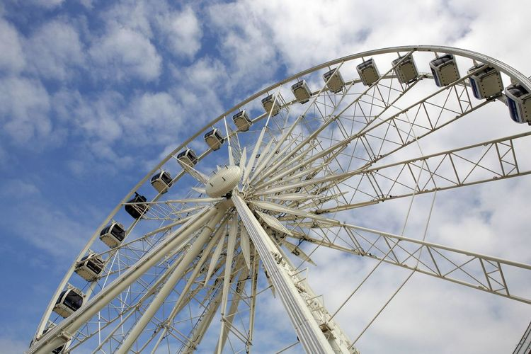 Amusement Park Amusement Park Ride Arts Culture And Entertainment Aussicht Außenaufnahme Big Wheel Blauer Himmel, Weiße Wolken Clouds And Sky Day Ferris Wheel Gestänge Jahrmarkt Kabine Leisure Activity No People Outdoors Promenade Riesenrad Rundfahrt Sky Weisses Riesenrad