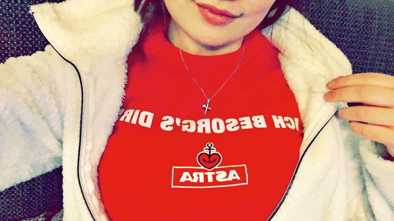 Ichbesorgsdir Astra Red Me Woman Beer Love Kiez Reeperbahn  Beerlover Today's Hot Look Beertime Happy Self Portrait Smiling 🍻❤🍻❤🍻❤
