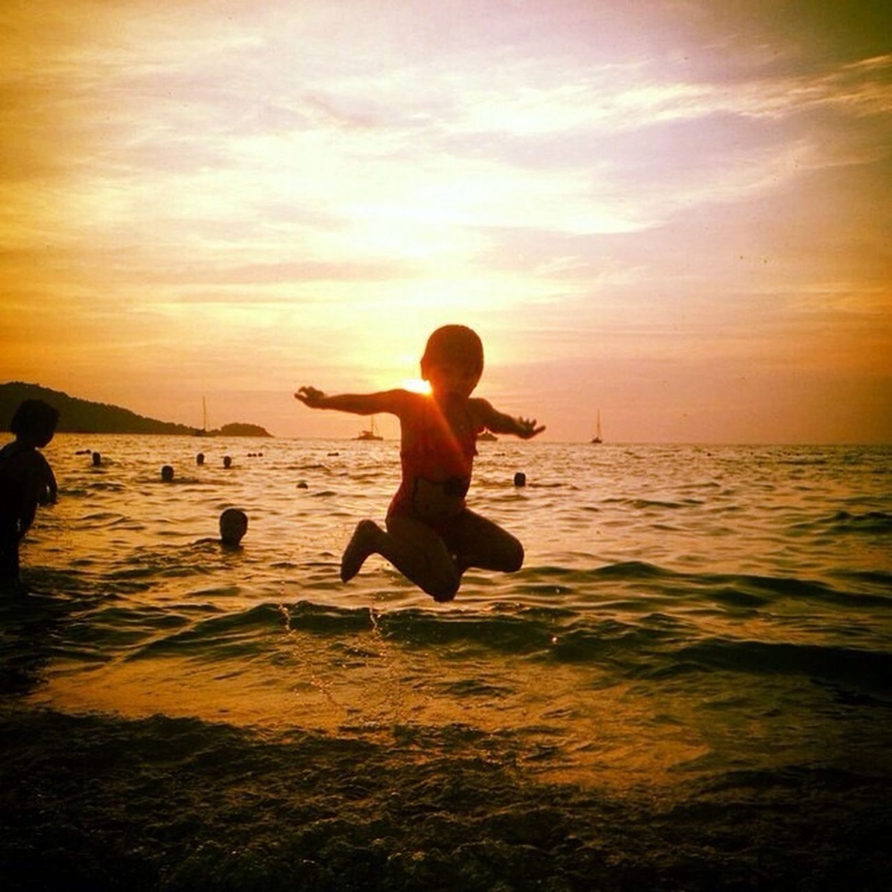 Beach Onthebeachsea sun sand and kids Theamazinghumanbody Enjoying The Sun EyeEm Best Shots Light And Shadow Love Is In The Air EyeEm Nature Lover Sunset Flying