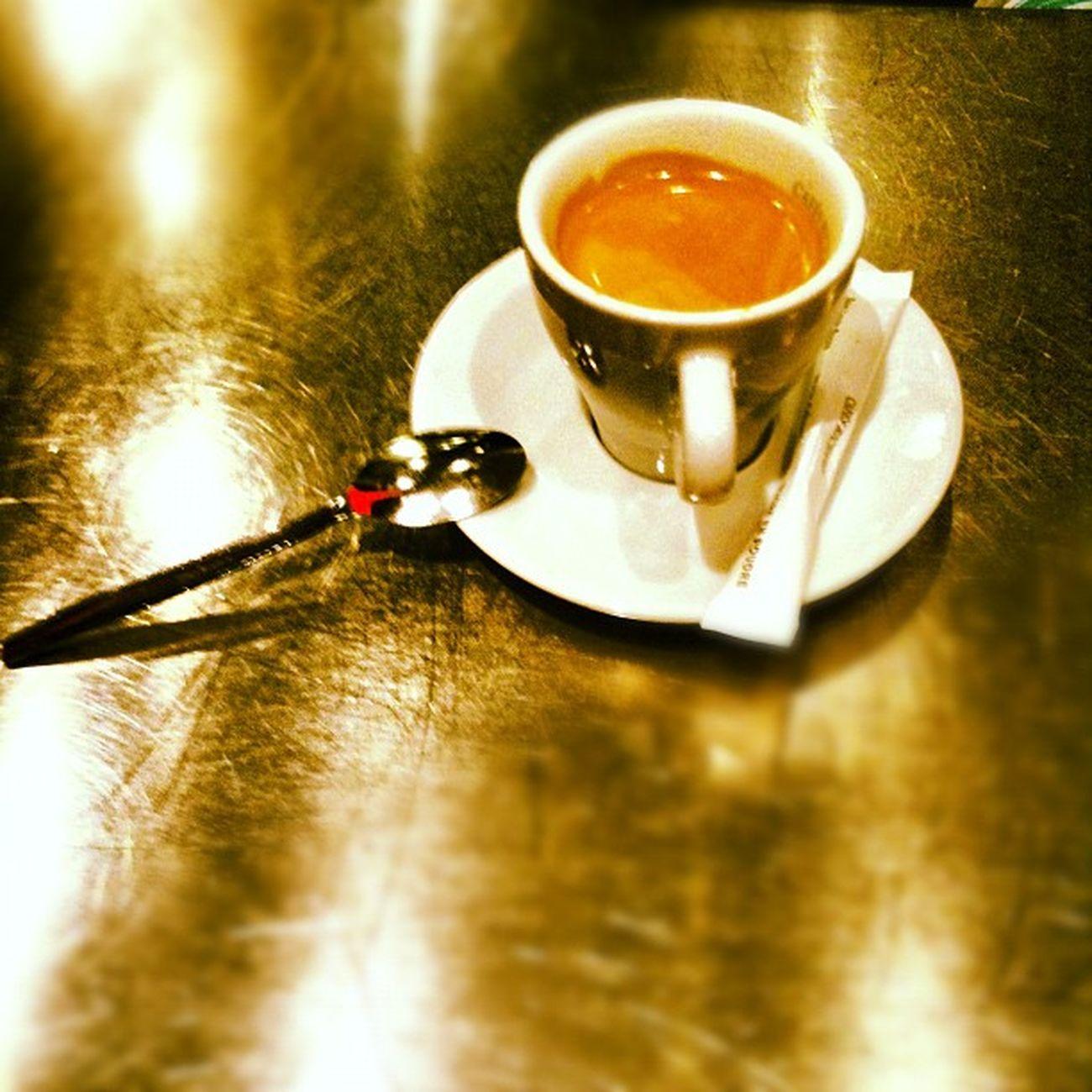 """""""Ce matin, un Vasken, a tué un chasseur"""". J'ai toujours pas pris mon café... Cafe French Matin Ruedutemple Beforworking Republique Paris10 Work Working Paris3 Paris Morning France Cofee"""
