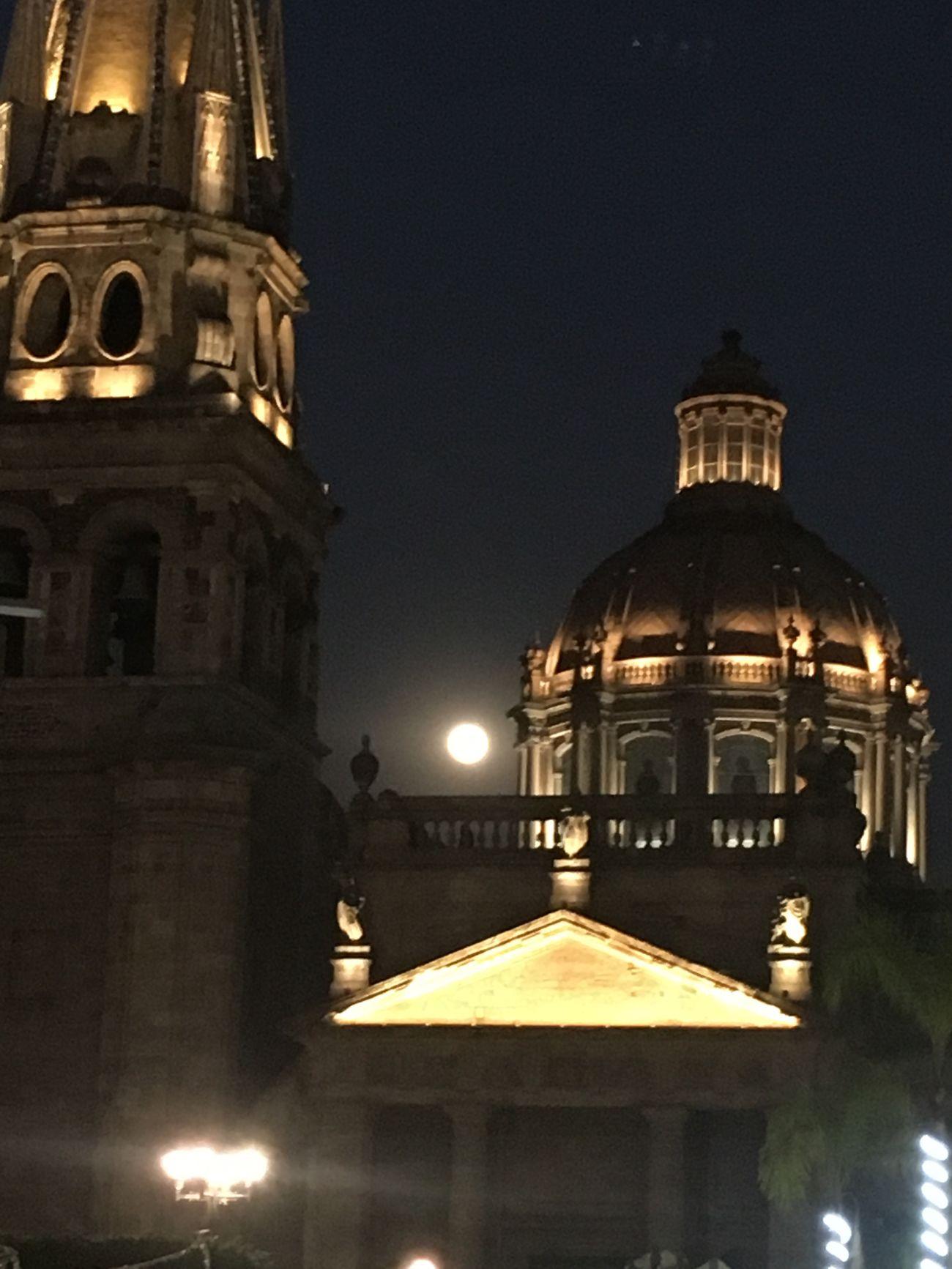 Luna lunera 😍 Disfrutando De La Vida Architecture Religion Night History No People City Sky
