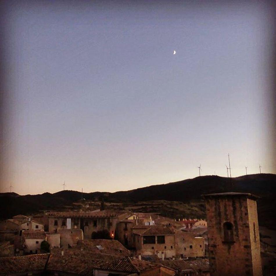 La Luna sobre todo el pueblo. Sosdelreycatolico Moon Lunalunera Skylovers igerszgz igersaragon YovisitoCincoVillas gracias a Civitur