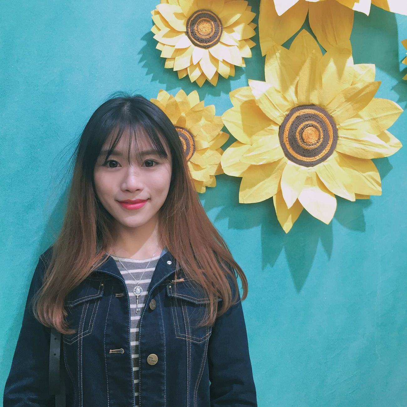 Real People Front View Flower One Person Looking At Camera Lifestyles Indoors  Young Women Portrait Girl Gallery Cute Standing Smiling Self Portrait