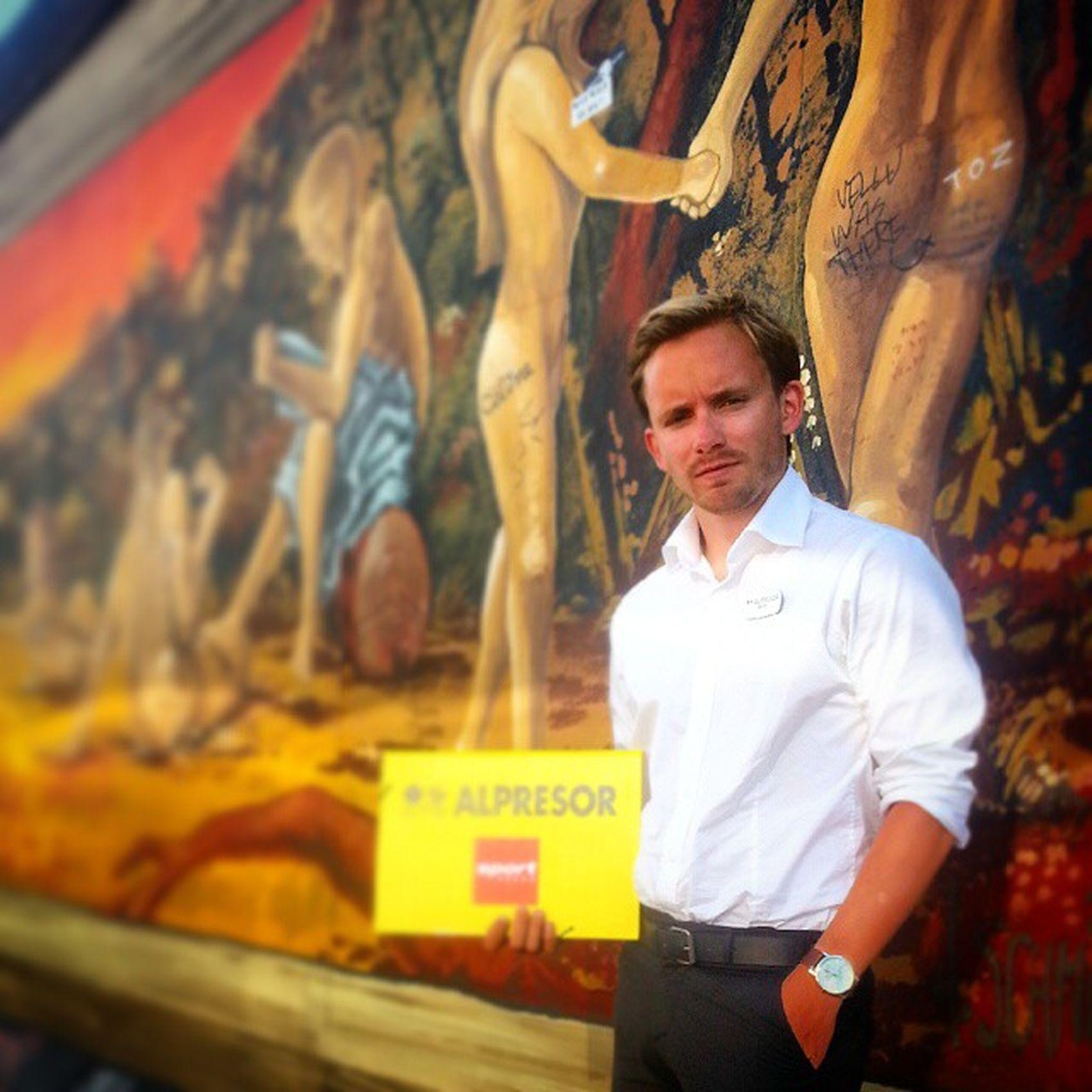 Då var man alltså i berlin. Obligatoriskabussguidesbilden Ellervadsägerdu @oskarzzacharoff? Stelt Pose hikests brunochvälmående tävlingomåretskatalogbild