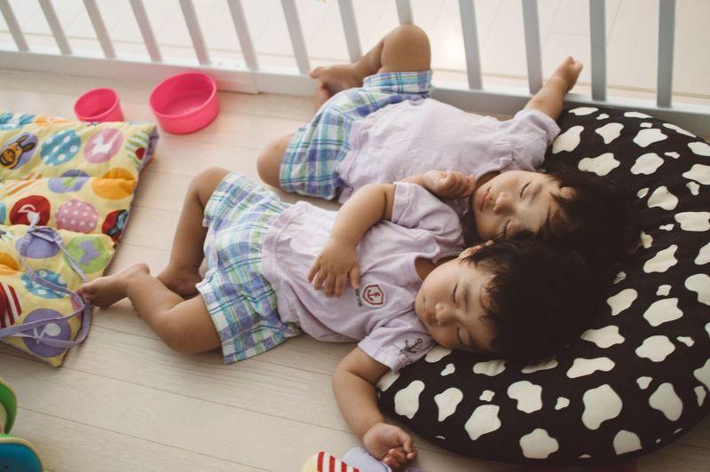 Baby Love  Cute Baby 双子の赤ちゃん 双子 Babyphotography Twins Babies ♥♥♥ Twin Babies Cute♡ Baby Sleeping Sleeping Identical Twin IDENTICAL TWINS Tired