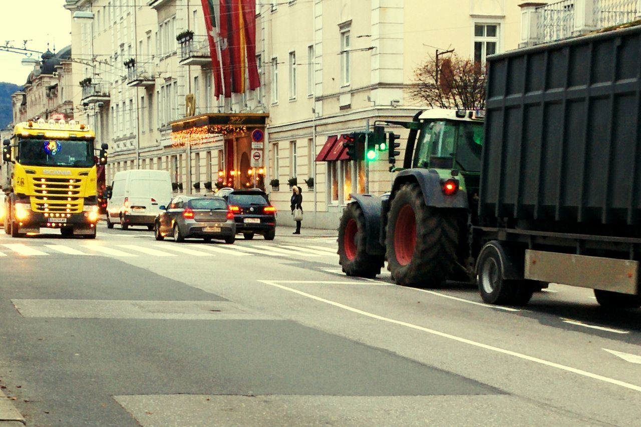 Trucks🚛🚒🚚⚠ Confrontational Old Vs Modern Agricultural Tractor Citylights