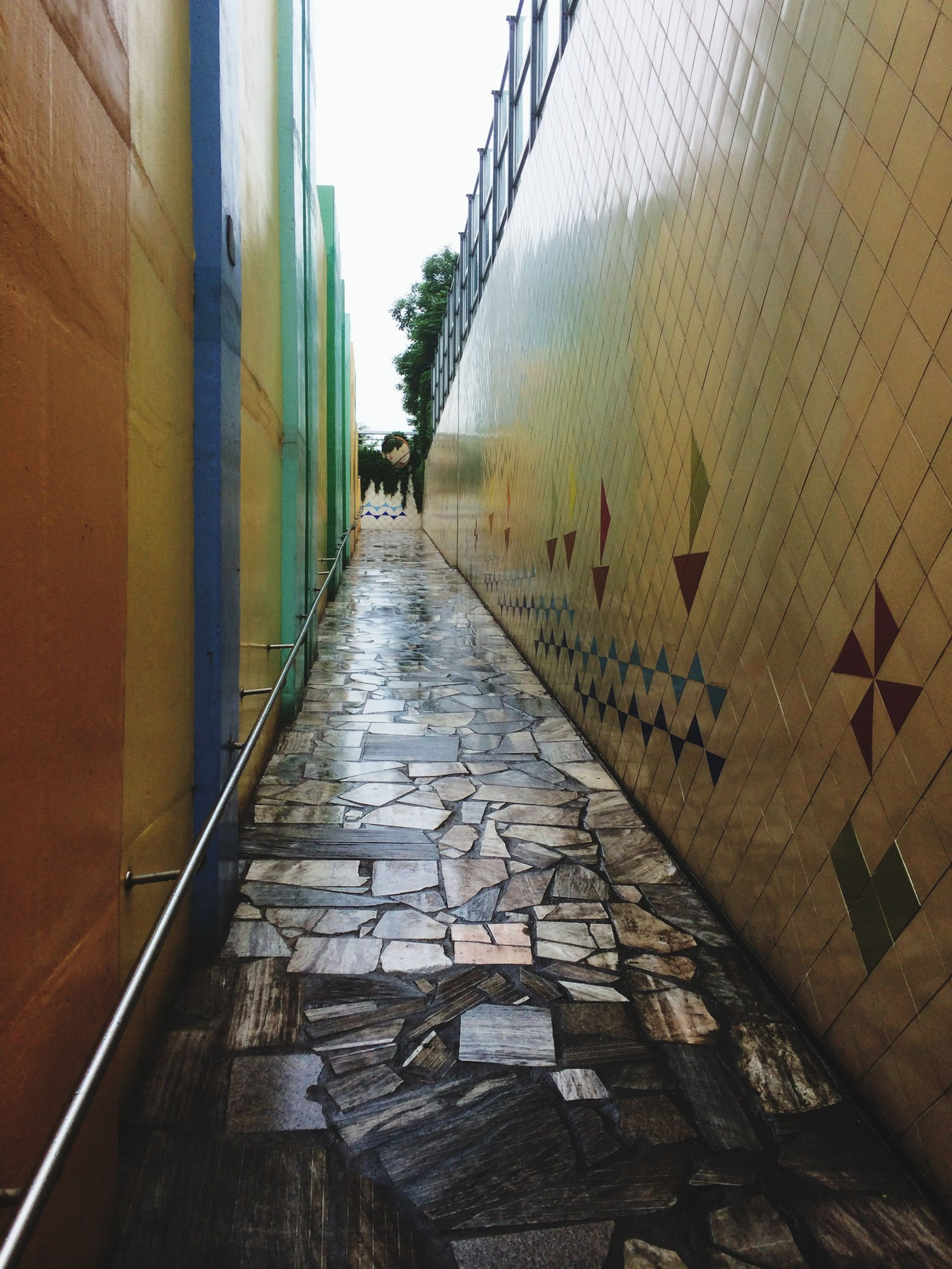architecture, built structure, the way forward, building exterior, diminishing perspective, vanishing point, building, wall - building feature, narrow, alley, brick wall, residential structure, day, residential building, cobblestone, no people, city, walkway, outdoors, empty