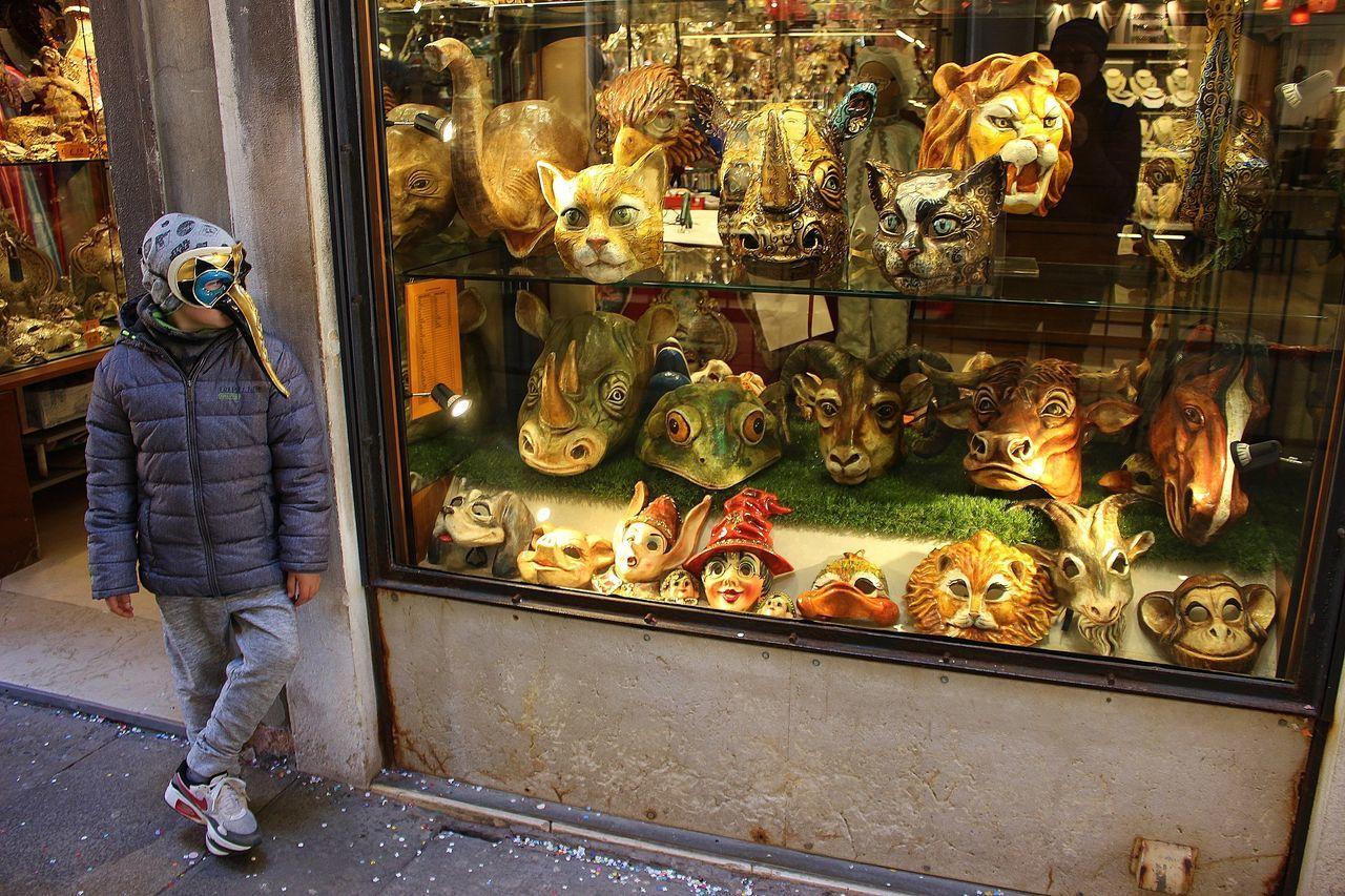 Bambino Colonna Kids Luce Maschere Maschere Veneziane Venice, Italy Vetrine