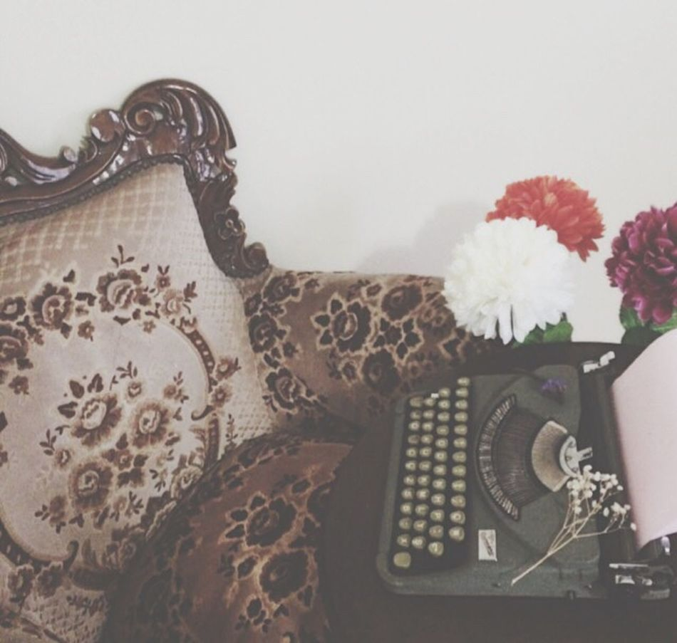 """""""Hayat kısa diyor film. bir şaire aşık olmalı bir de daktilo almalıSonra belki çay içeriz. şansımız varsa yağmur da yağar. Daktilo Damlalara huzur yüklemece oynarız,Benim damlam seninkini alnından öper.Güzel şeyler olur belki. Sen gelince."""""""