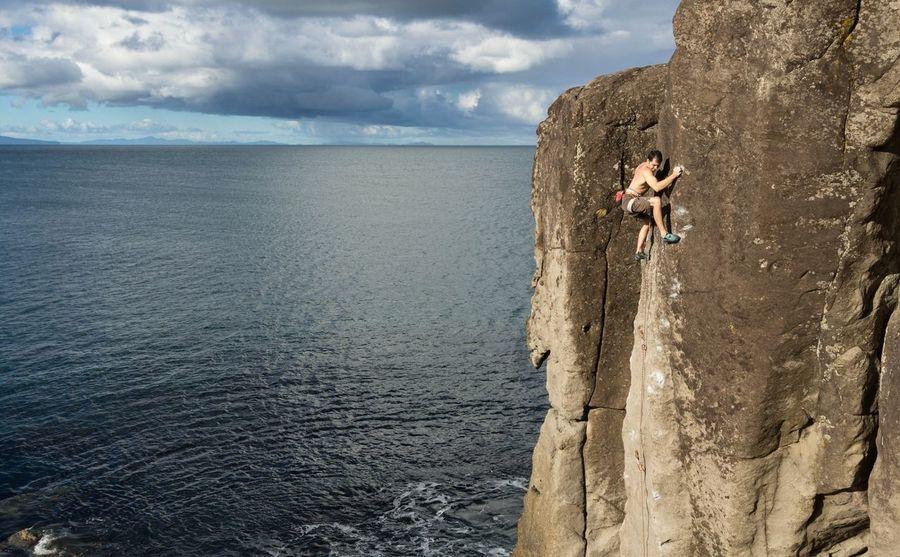 O Alpinista Enjoying Life Hanging Out Up