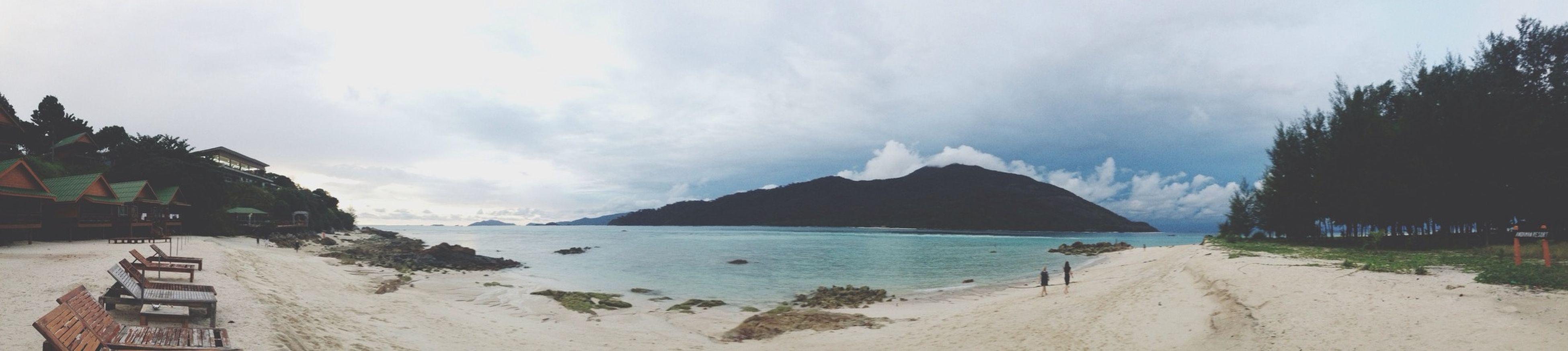 ยามเหงาให้คิดถึงทะเล ว่าที่นั้นเหงากว่า 100 เท่า (: