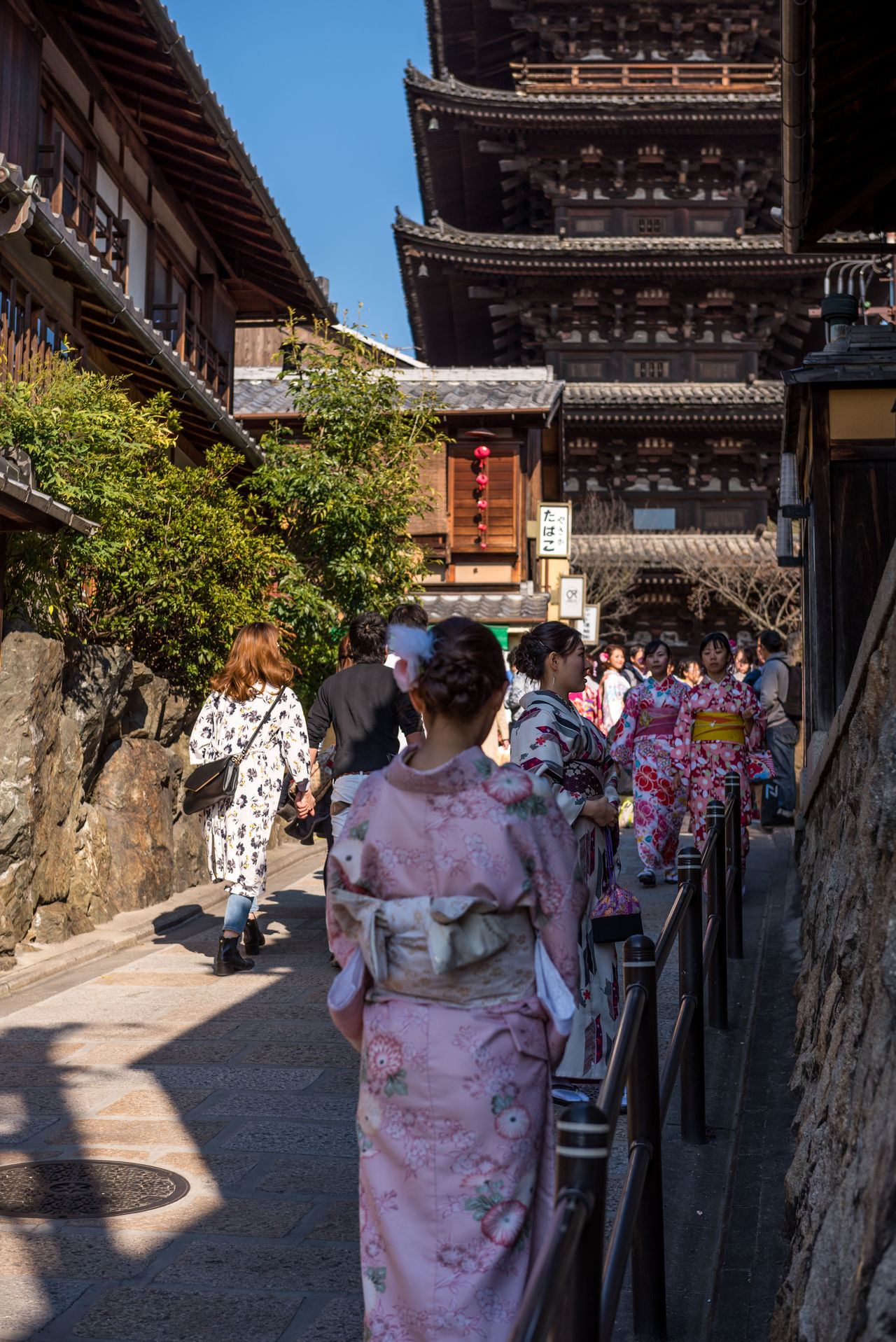 Yasaka Pagoda Kyoto Architecture Cultures Day Full Length Japan Japan Photography Japanese  Kimono Kyoto Kyoto,japan Men Outdoors People Place Of Worship Real People Rear View Religion Spirituality Traditional Clothing Travel Destinations Women Yasaka Pagoda Yasaka Shrine Yasaka Tower YUKATA