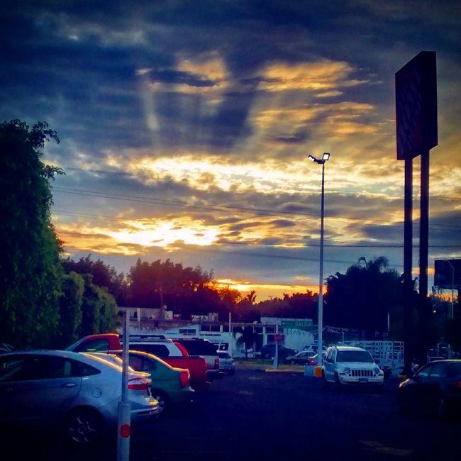 Hermosa puesta de sol Relaxing Taking Photos Cielos Quality Time De Caminata Streetphotography