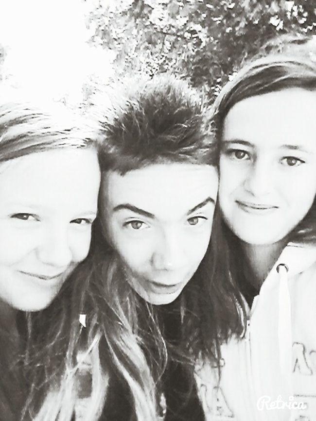 Ma meilleure amie et mon cousin deux amours (la seule photo serieuse) je vous adore les gens <3 que de bons delirs avec vous vous êtes formidables je ne pourrais jamais me passer de vous <3