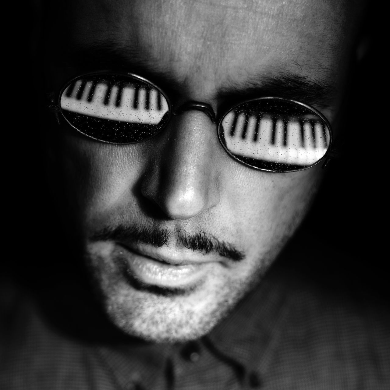 Piano Moments Portrait Close-up Reflection_collection Piano EyeEm Best Shots Black And White Piano Keys Blackandwhite Photography TakeoverMusic Reflections Keyboard Sunglasses Reflection Eyeglasses  Pianist
