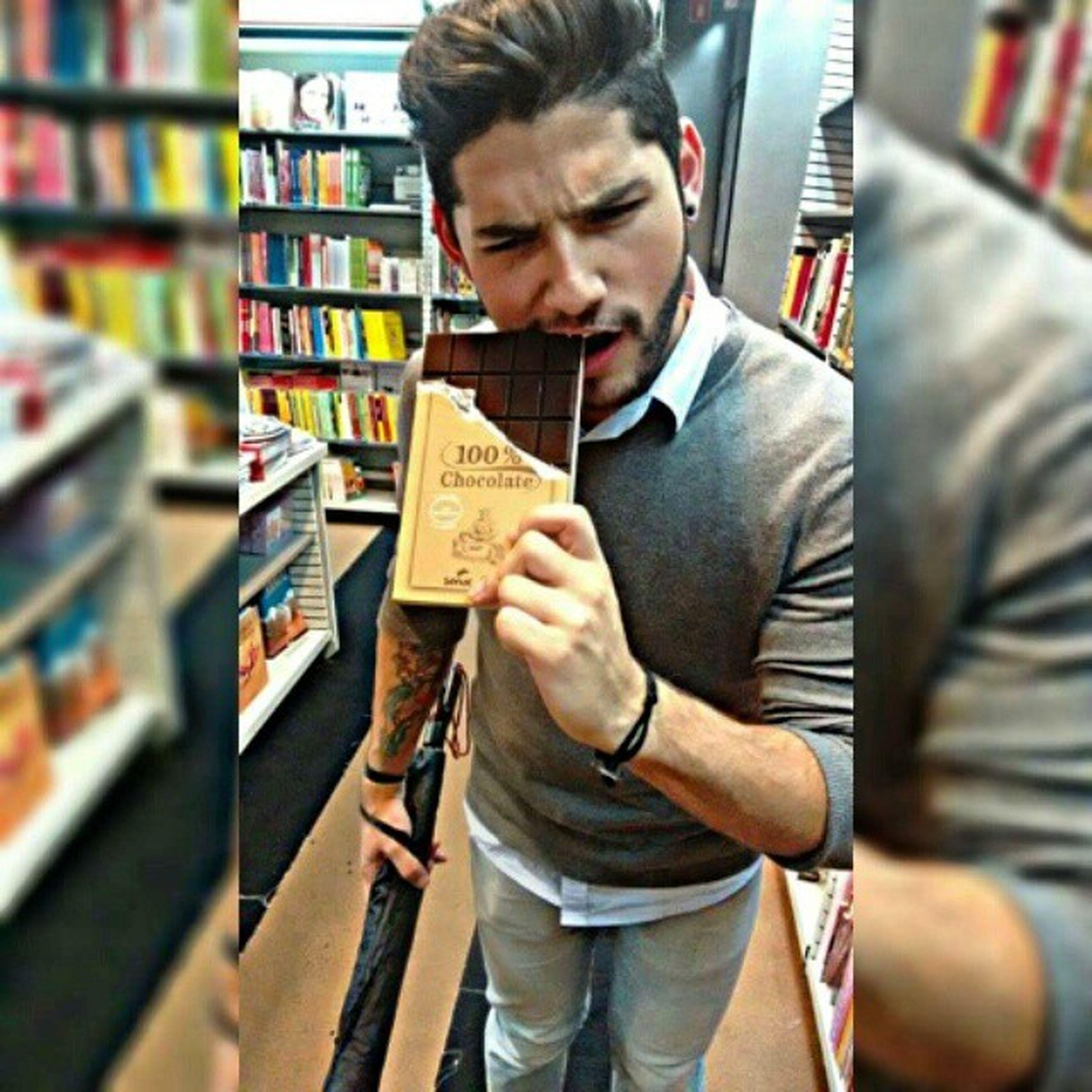 """""""Uma mordidinha de leve"""" no100% Chocolate, não pude resistir! 😊 👄🍫Instagran Insta 100 %chocolate FNAC Livraria Paulistaavenue Book Fnacsp Edição Guloso"""