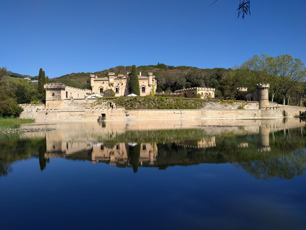 Castillo Lago Reflejo Blue Wave