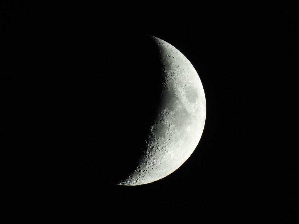 """Photo de la lune lors de la """"nuit des étoiles"""", 28 juillet 2017. Moon Astronomy Ciel Noir Craters Of The Moon Cratères Croissant De Lune Lune Moon Surface Night No People Nuit Des étoiles Outdoors P900 P900 Nikon Sky"""