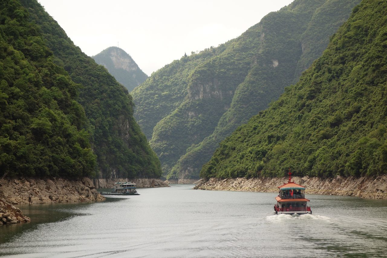Creek Boat Limestone Walls China Sichuan Province Yangtze River Three Gorges